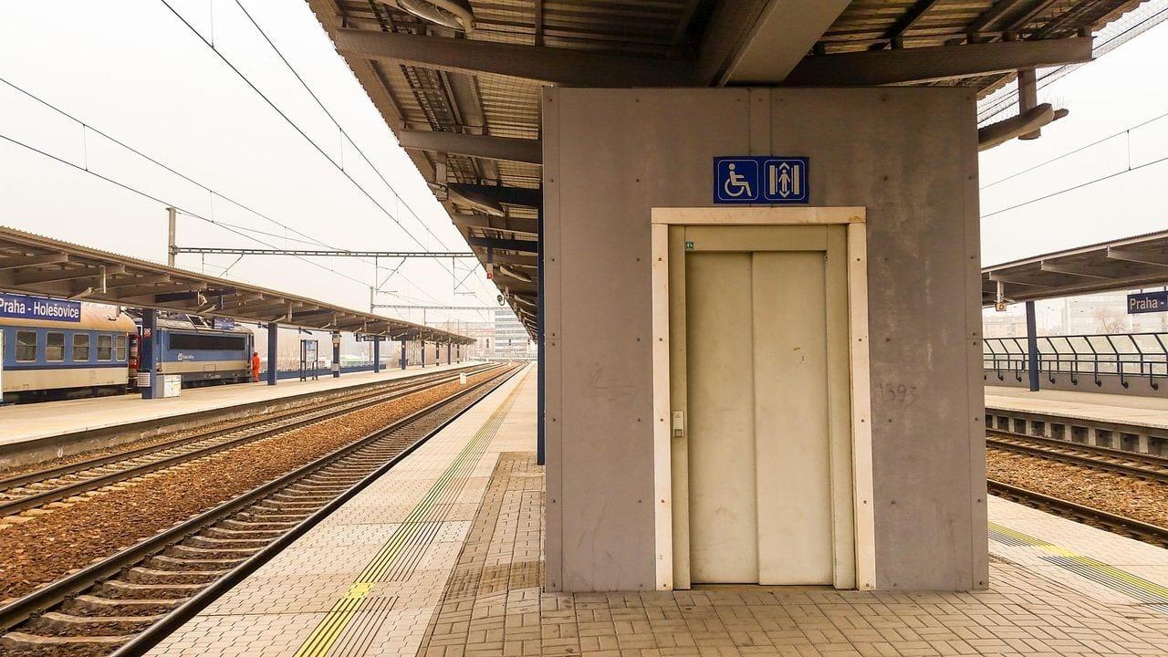Nádraží Praha-Holešovice, nástupiště, výtahy