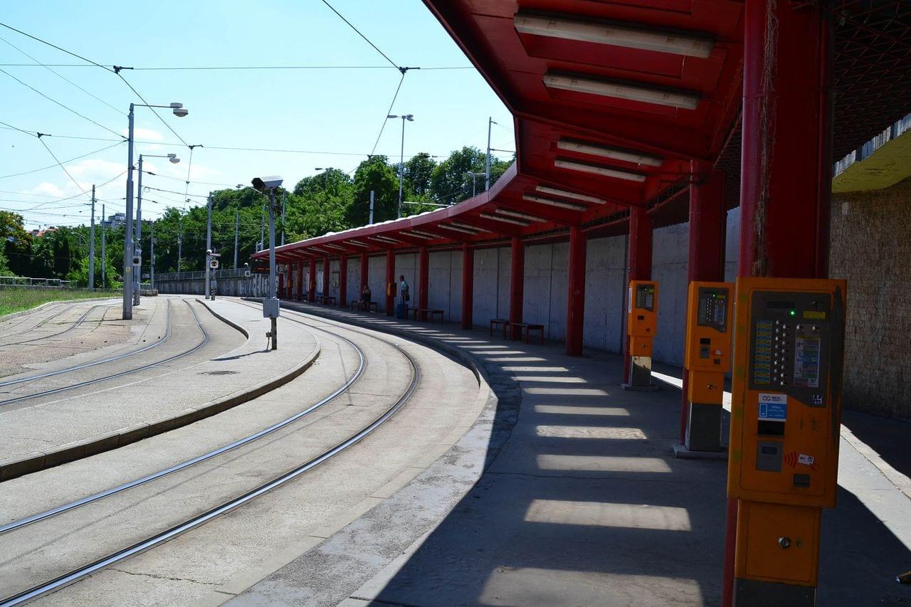 Zastávka tramvají před / pod bratislavským nádražím