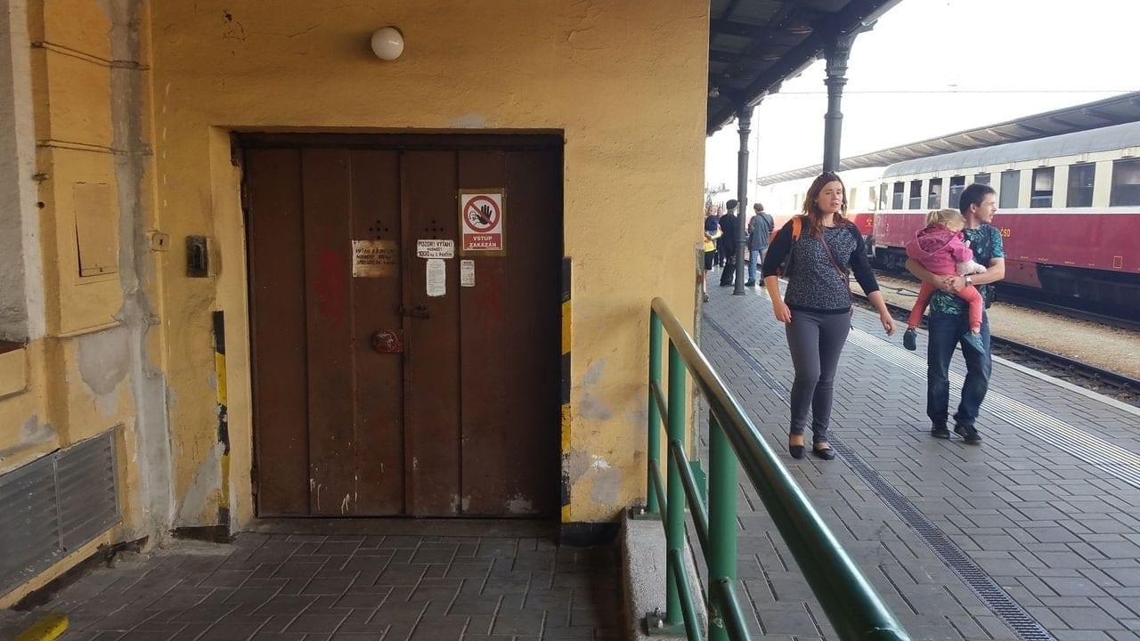 Na 1.nástupišti je tento nákladní výtah,jen s obsluhou ale byl mimo provoz.