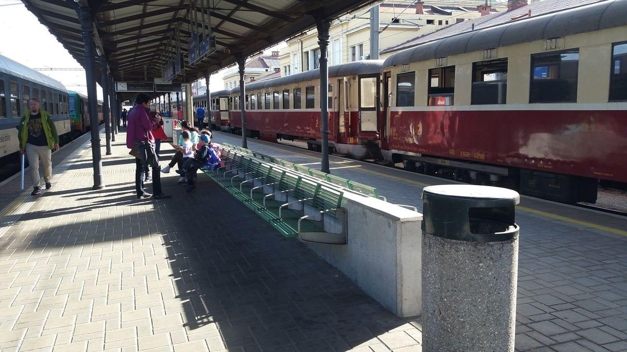 I na II.českobudějovickém nástupišti jsou místa k sezení.