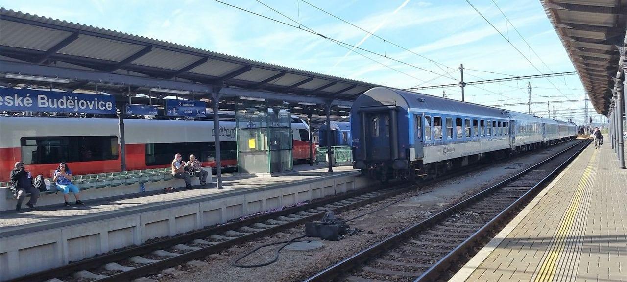 Rovná, dlouhá a přehledná nástupiště, značka ideál. To jsou České Budějovice