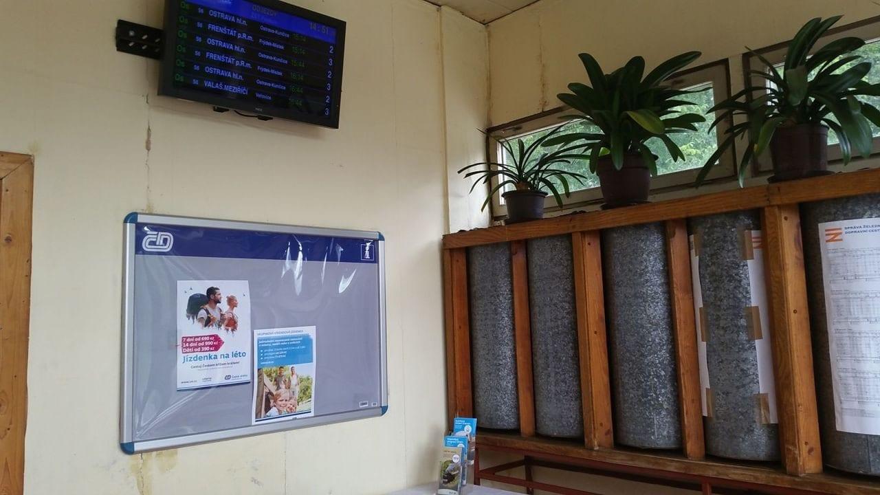 V čekárně na nádraží v Paskově
