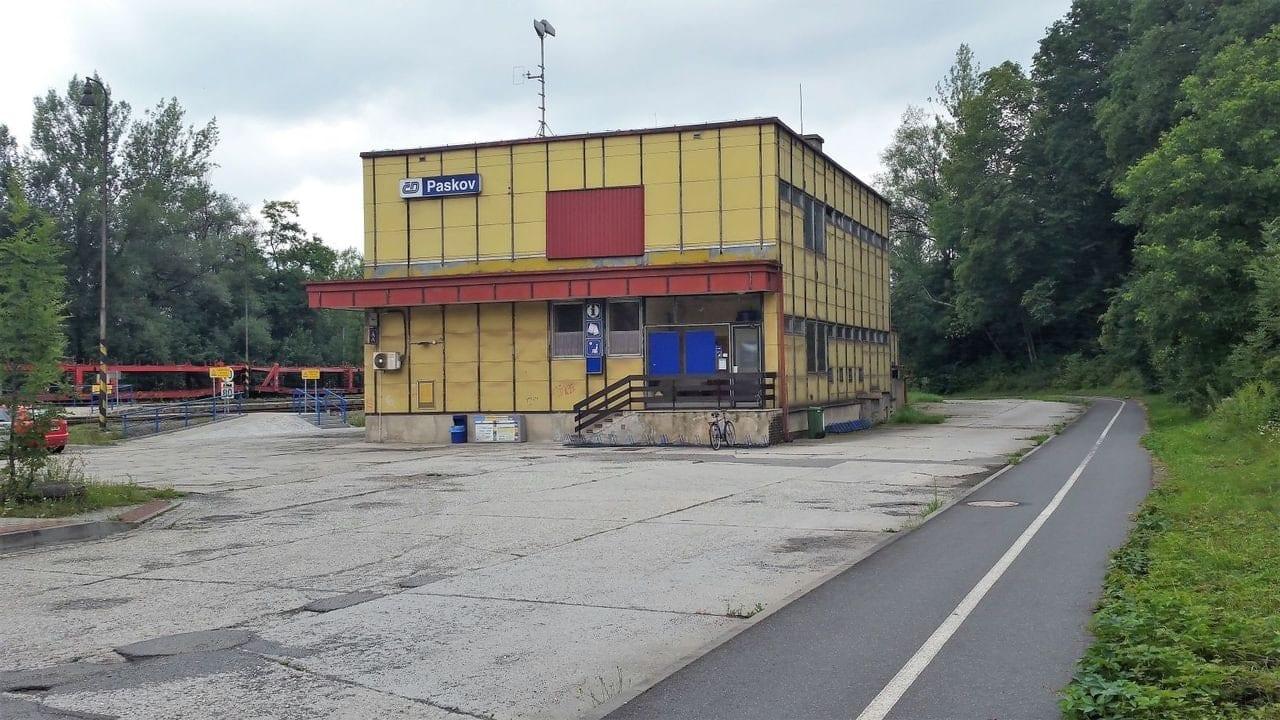 Příjezd na nádraží v Paskově
