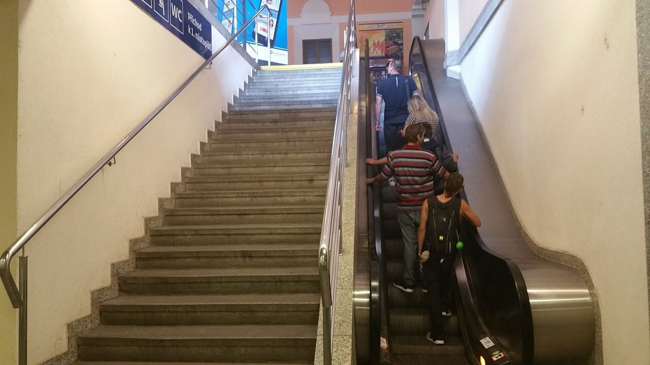 Z pochodu vede do haly nádraží dvojité schody.