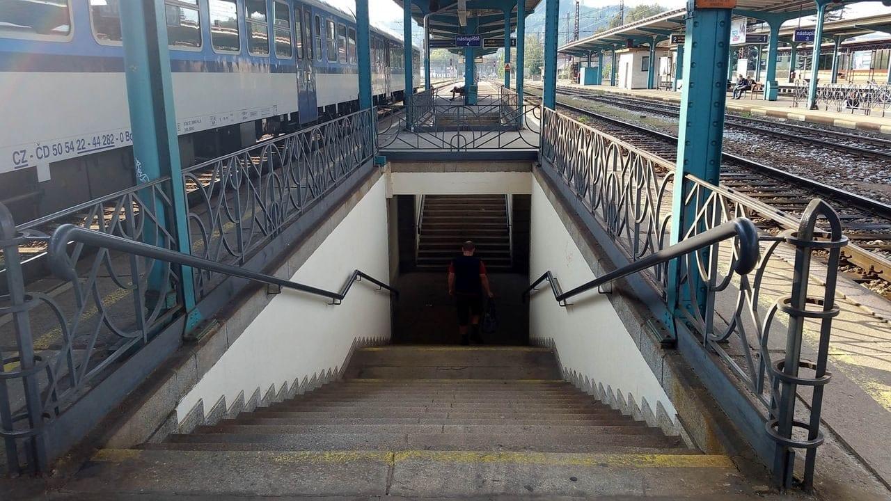 Z hlavního podchodu vedou na nástupiště jen schody