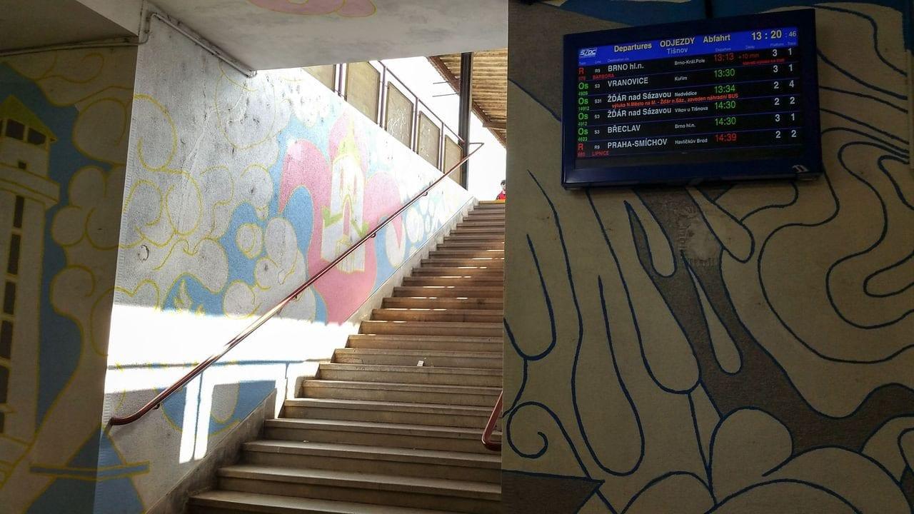 Výstup z podchodu na nástupiště v Tišnově