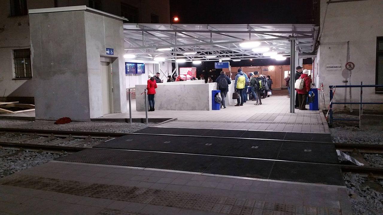Příchod na I.nástupiště je přes kolej vedoucí do depa.