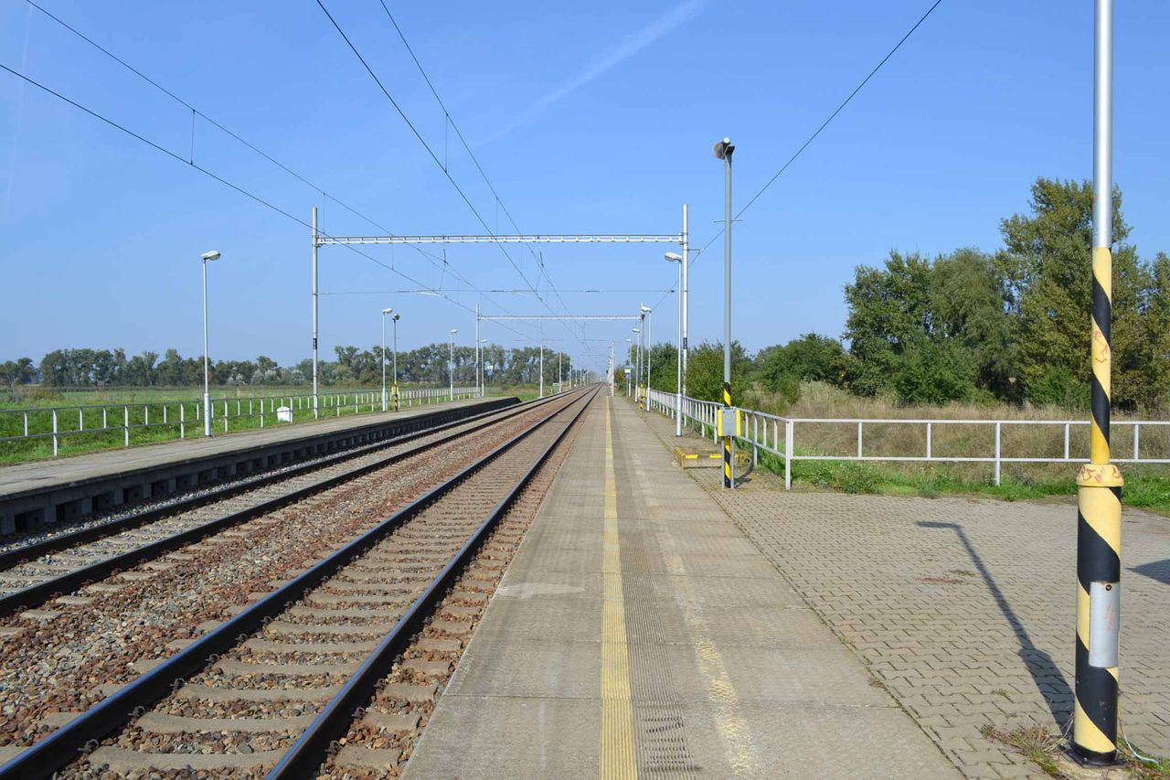 Nástupiště ve stanici Ladná