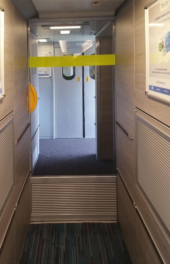 Vnitřní dveře do míst k sezení jsou šířky jen 65 cm.