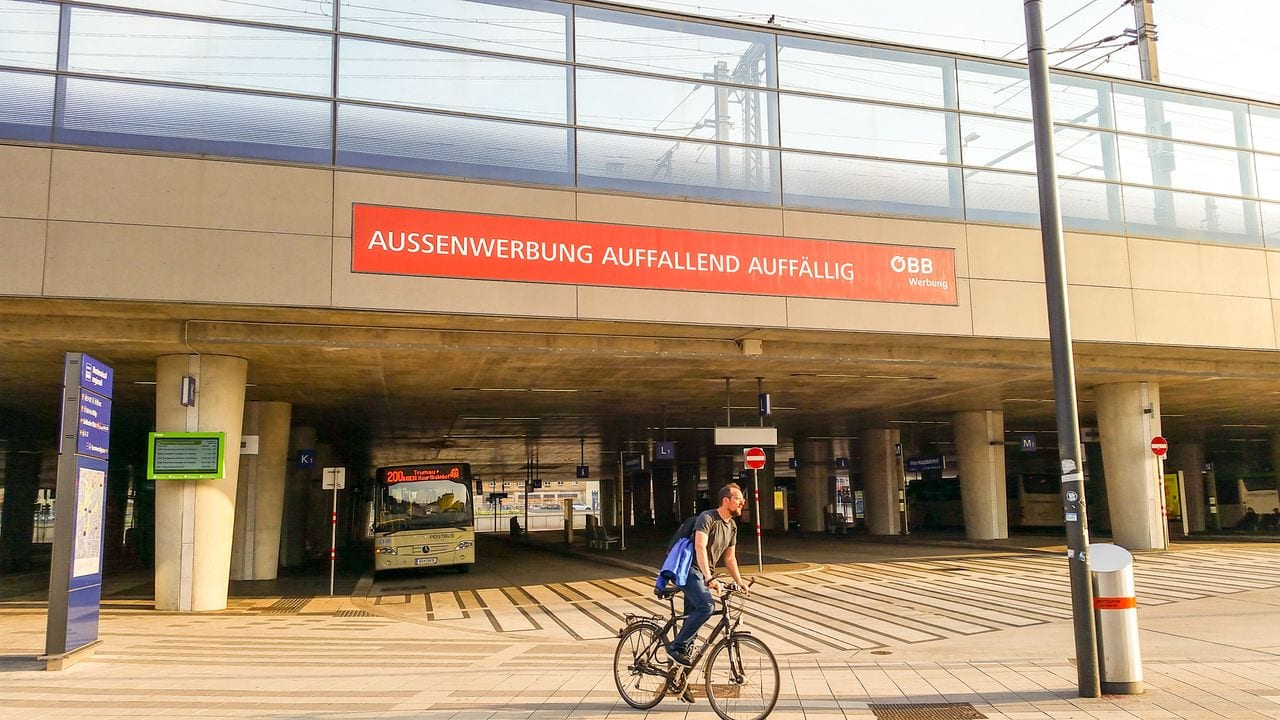 Stanoviště dálkových autobusů u hlavního nádraží ve Vídni
