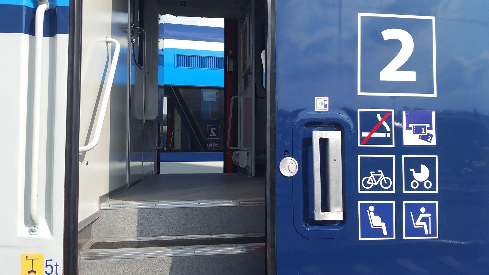 Vstupní dveře do motoráku řady 810