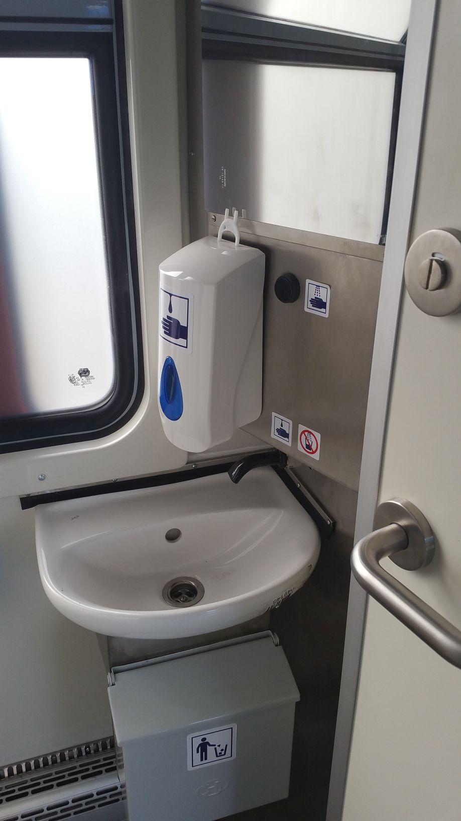Záchod ve voze řady 810