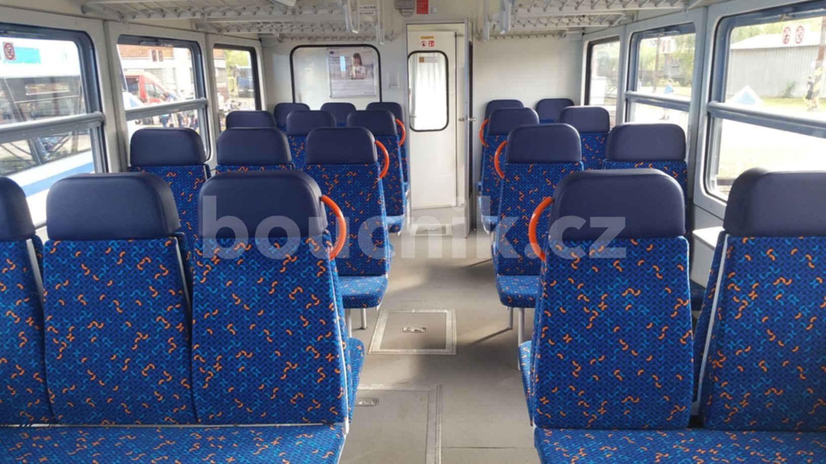 Sedadla ve voze řady 810 po modernizaci