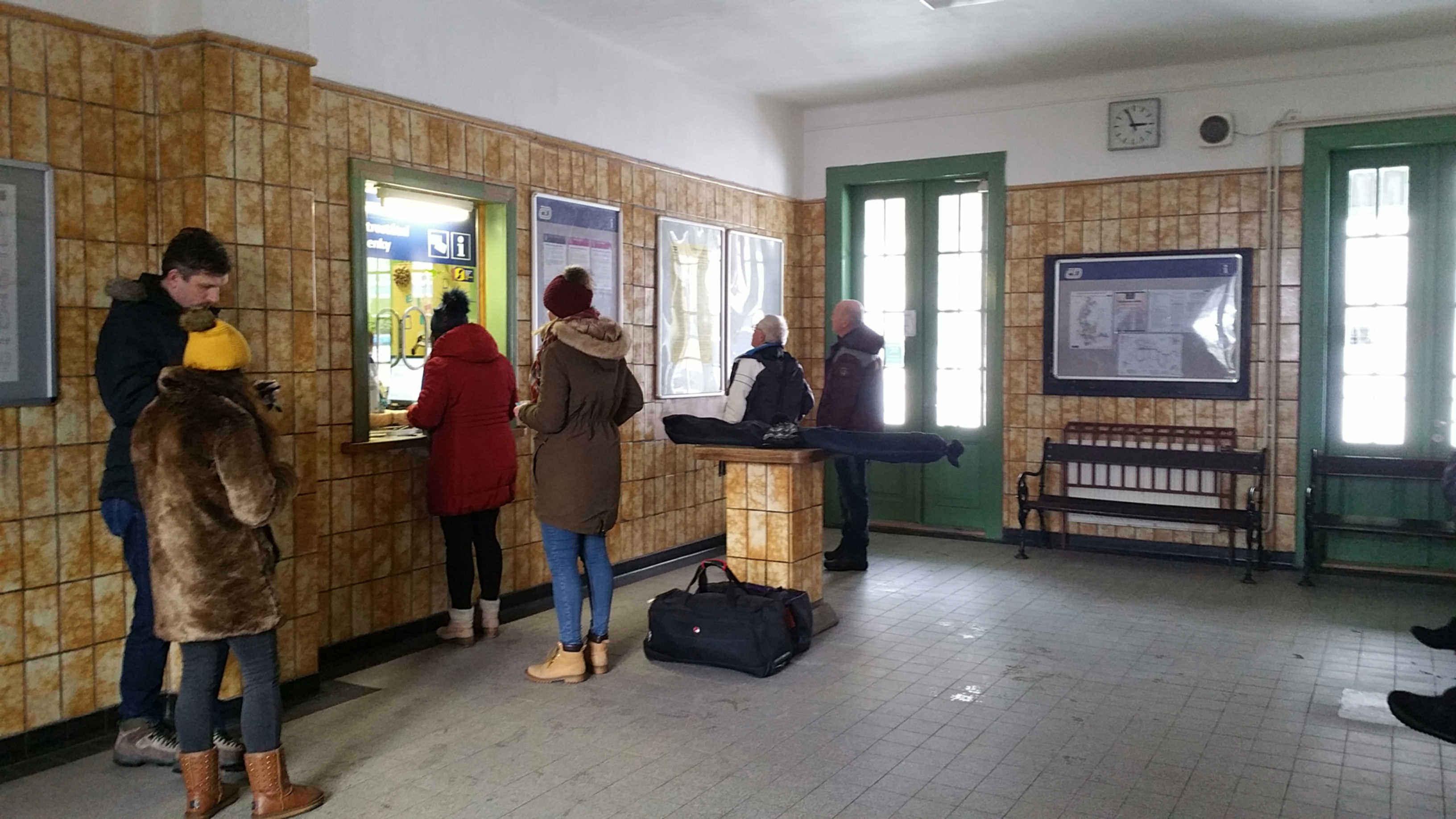 Čekárna a pokladny na nádraží Lipová lázně