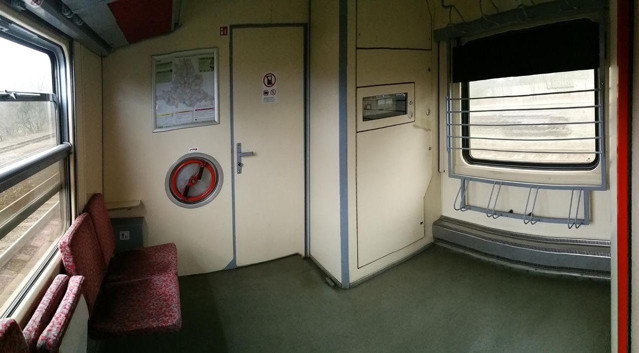 ABfbrdtn 795 – v části u dvojkřídlých dveří, za záchodem, je místo pro kola a kočárky. Sklopné sedačky. Značka: ideál.
