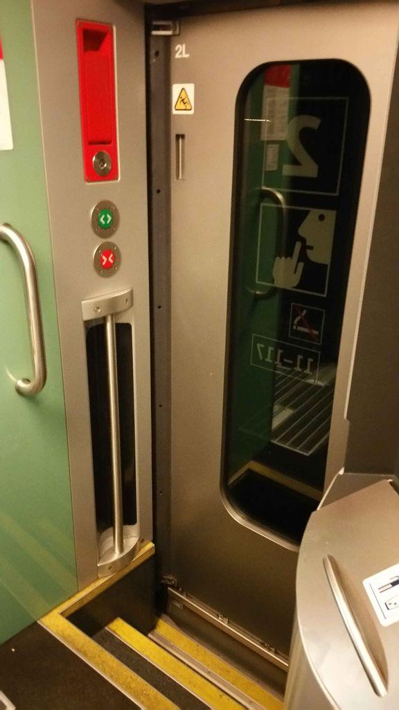 Výstupní dveře, tlačítko zelené / červené na otevírání / zavírání dveří