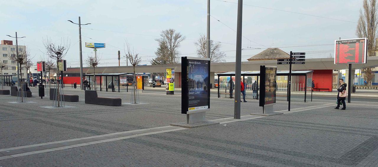 Zastávky autobusů a trolejbusů před Pardubickýc nádražím