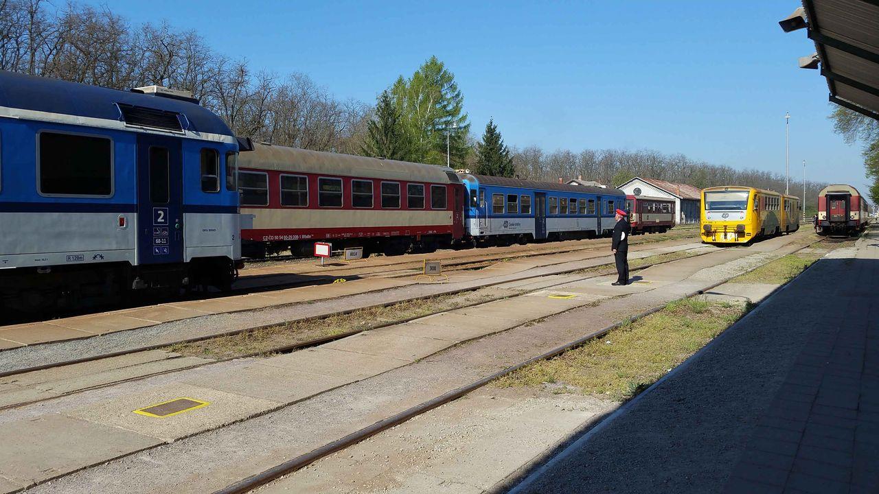 Plně obsazené nádraží v Hrušovanech nad Jevišovkou - Šanově