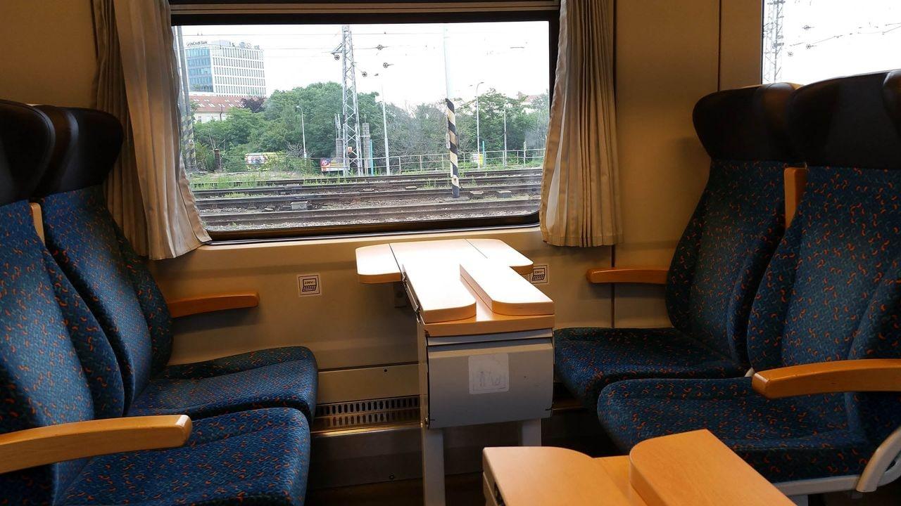 Místa u stolečku ve voze Bdmpee 233