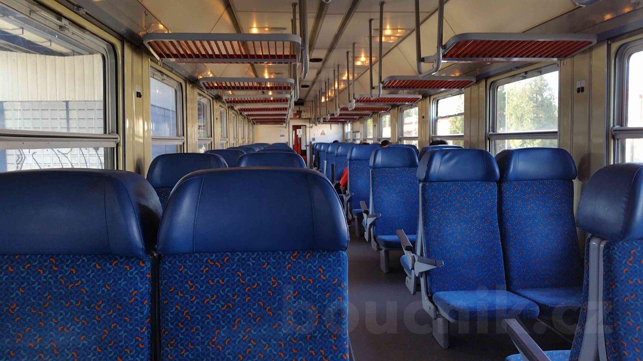 Sedadla ve voze Bdt 754