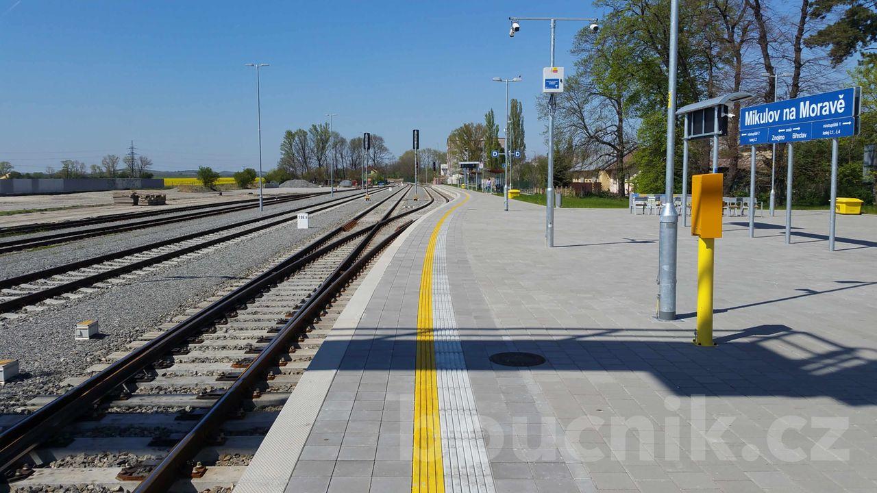 Křižování vlaků ve stanici Mikulov na Moravě
