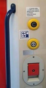 Otevírání dveří ve vlaku