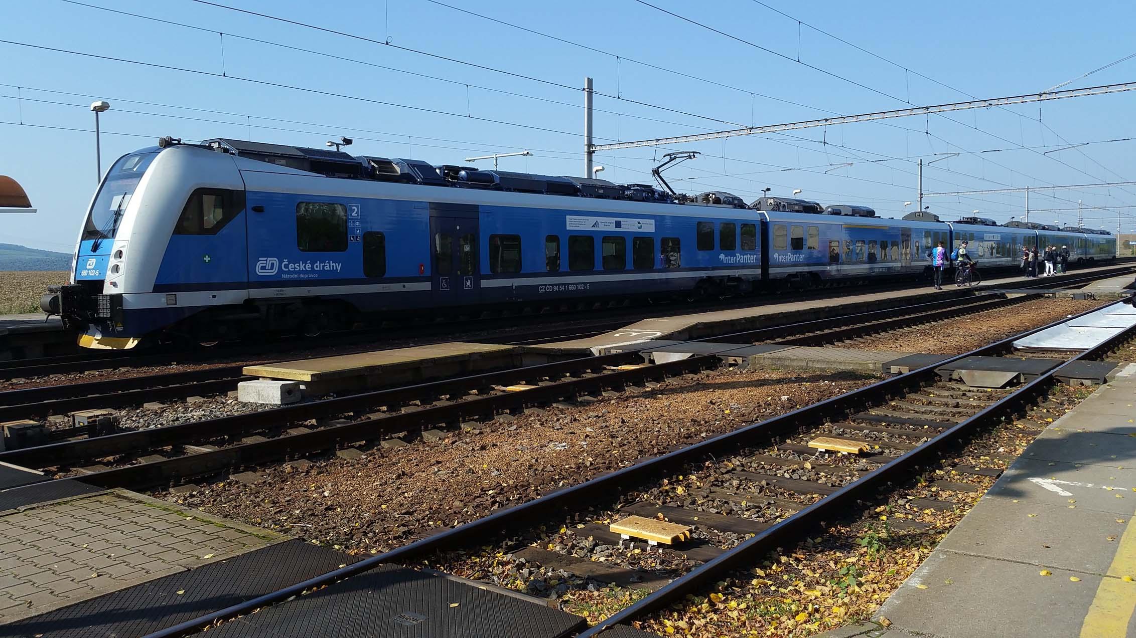 Nádraží Šakvice - vlak od Brna, cestující vystupují na druhou stranu. V popředí nízké nástupiště ve směru na Brno.