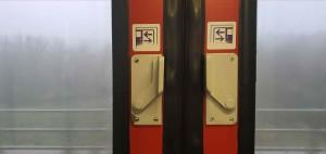 Otevírání dveří ve vlaku Bdmtee 281
