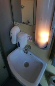 Na záchodě ve vlaku