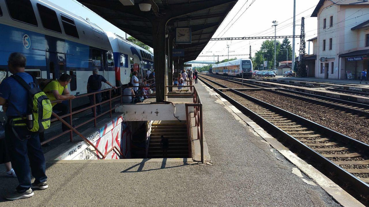 Nástupiště na nádraží Praha-Radotín