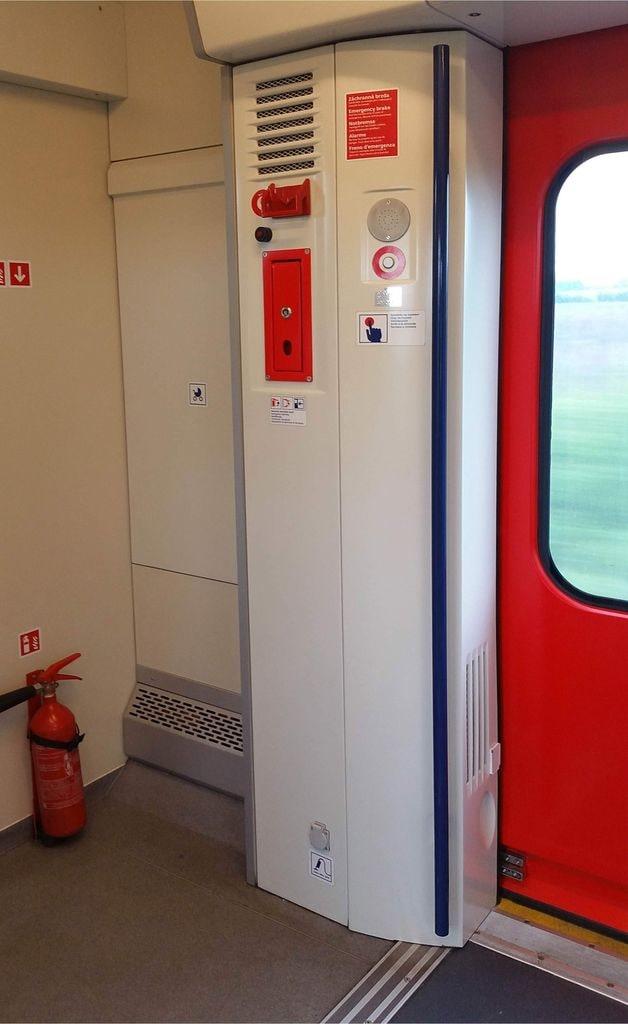 Dvoukřídlé předsuvní dveře vozu InterPanter 660
