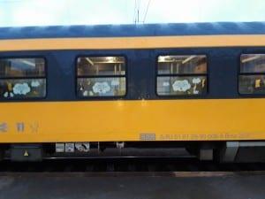 Označení vozu Bmz 29-90 určeného pro cestování s dětmi a s kočárkem