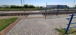 Přecházení kolejí v Šatově