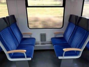 Soupravy jsou určeny pro regionální tratě, tedy cestování na kratší vzdálenosti. Vůz 628 má 72 sedadel, které jsou většinou v uspořádání za sebou. Jen pár míst je čelem k sobě. Sedadla nejsou polohovatelná, což v regionálních vlacích nevadí. Horší je, že sedadla jsou opravdu blízko sebe, skoro jak v autobuse či v letadle. Ve vlaku bych si však představoval více místa na nohy. Sympatické jsou úchyty na bocích sedadel, mohly by ale být výrazněji barevně označeny. Není tu moc místa na věci.