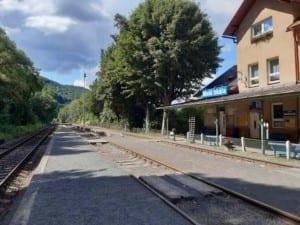 Nástupiště na nádraží Malá Skála