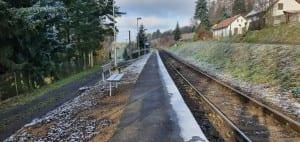 Pohled na nástupiště na zastávce v Sobíňově