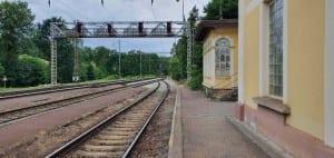 1. nástupiště na nádraží v Hluboké nad Vltavou-Zámostí