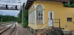 Jak to vypadá na nádraží v Hluboké nad Vltavou-Zámostí