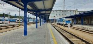 Značení nástupišť v Berouně na nádraží