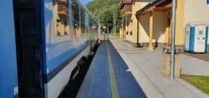 Nástupiště na nádraží v Koutech nad Desnou
