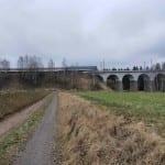 Kudy k železničnímu viadaktu o obce Sazomín